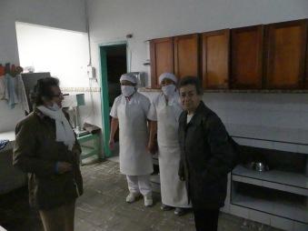 Links die Leiterin und das Küchenpersonal